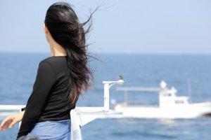 一人旅をしている女性の写真