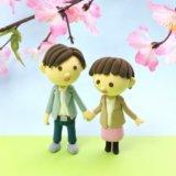 カップルでお花見している粘土の人形の写真