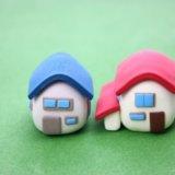 赤い屋根と青い屋根の粘土で作った二つの家の写真