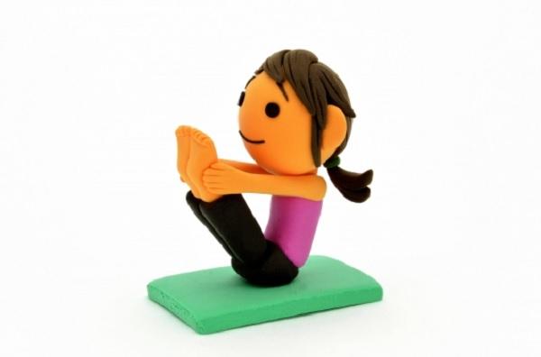 運動をしている女性の粘土の写真