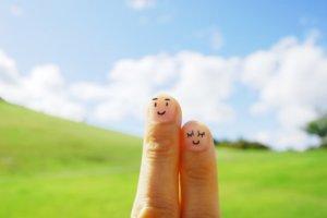 人差し恋人のイメージ、指と中指に顔を描いてる写真