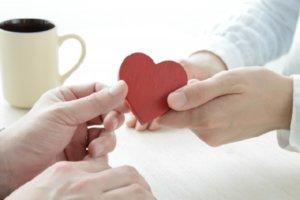 恋人がハートを握ってる画像
