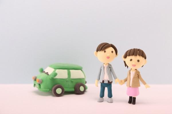 粘土で出来たカップルと車の写真